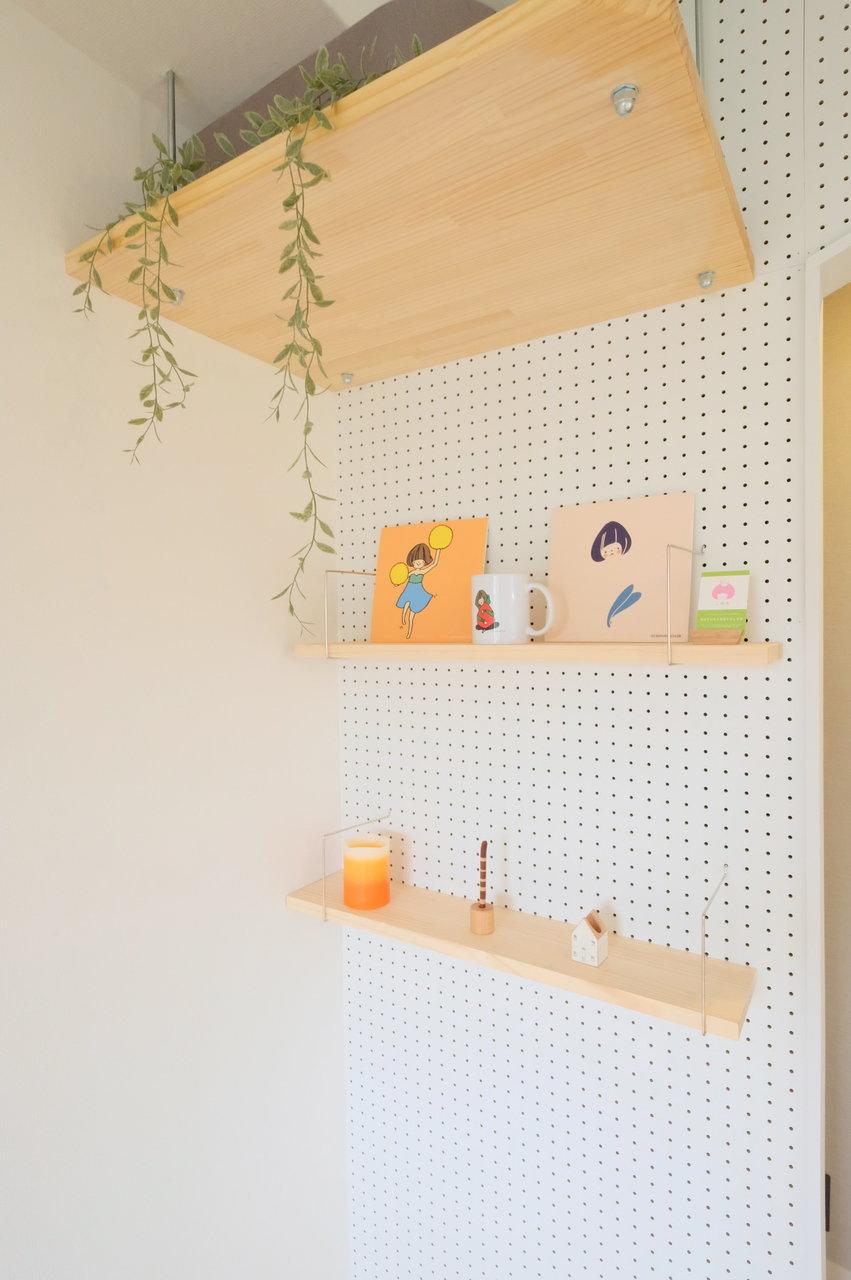 キッチン側の壁は、このように有孔ボードが設置されています。棚を自由に設置したり、フックをかけて洋服や帽子、カバンをかけたり。あなた色にどんどんアレンジしていってください。