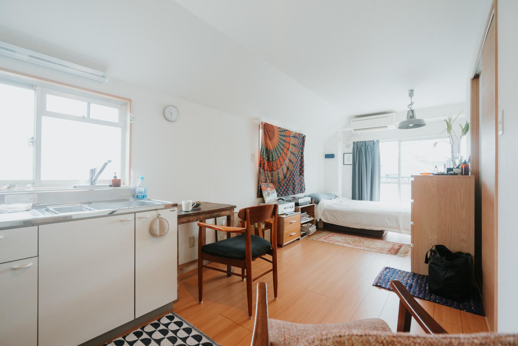 広めのワンルームで一人暮らしをするTetsuさんのお部屋。