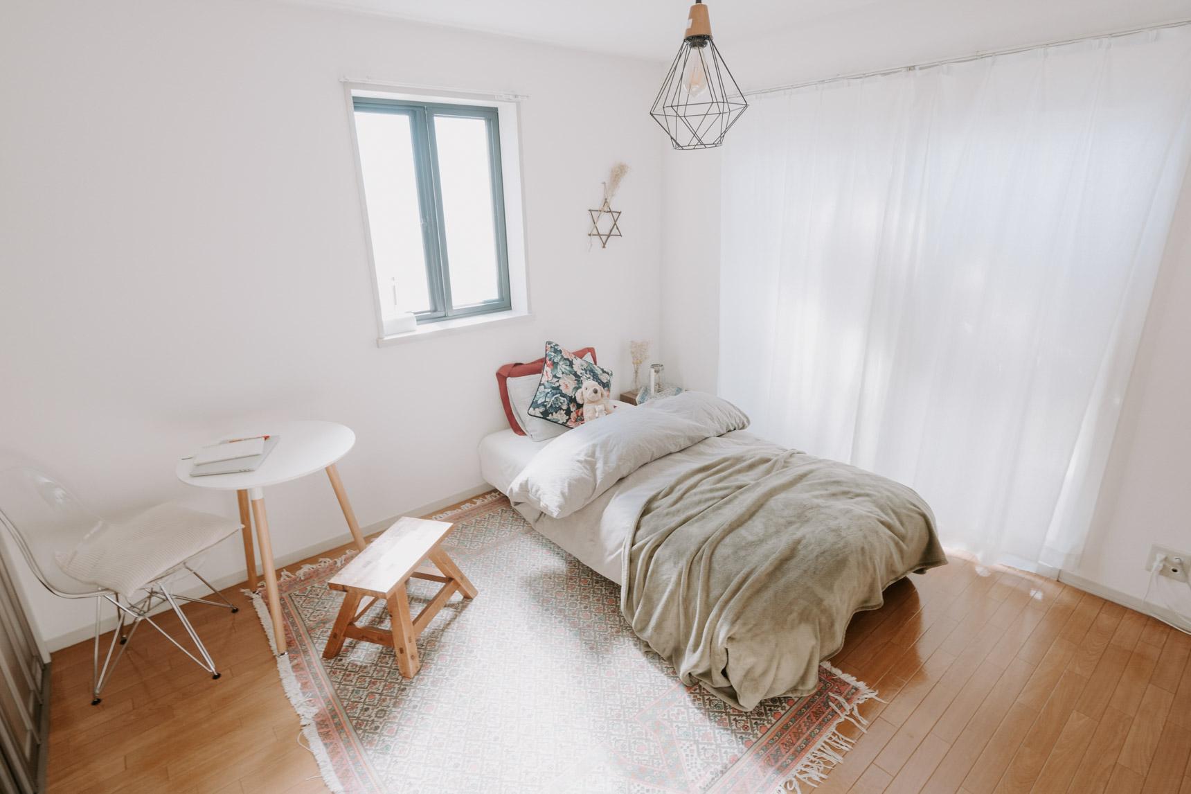 1Kのお部屋で暮らす、おにょこさんの事例。部屋の角にちょこんとあるのが、イームズリプロダクトのチェアとテーブル。このぐらいのコンパクトさなら一人暮らしでもちょうどいいサイズ!