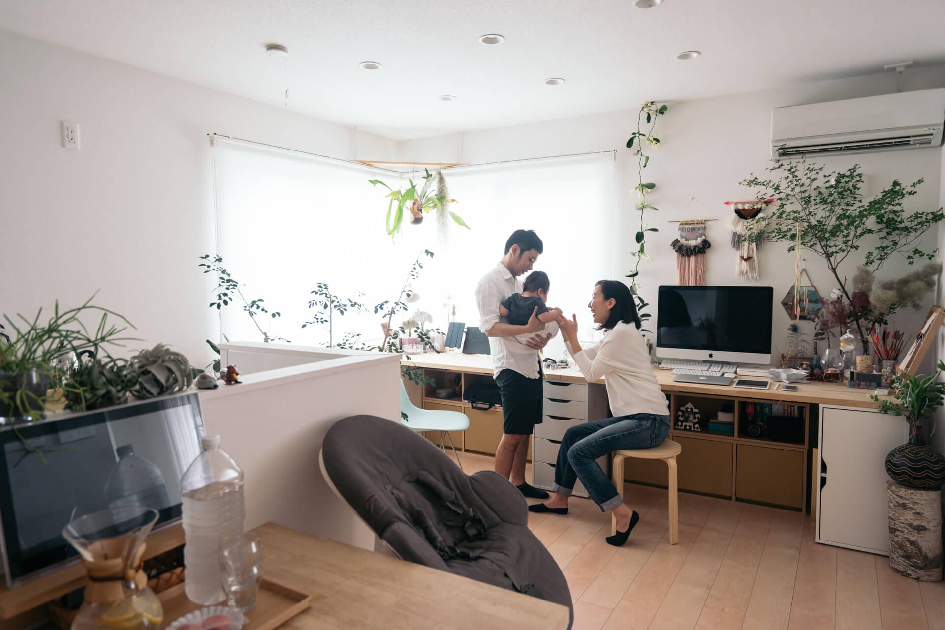 夫婦二人とも自宅で働いているという方のお部屋。窓辺に横に長く場所を取りたい時に真似したいのが……