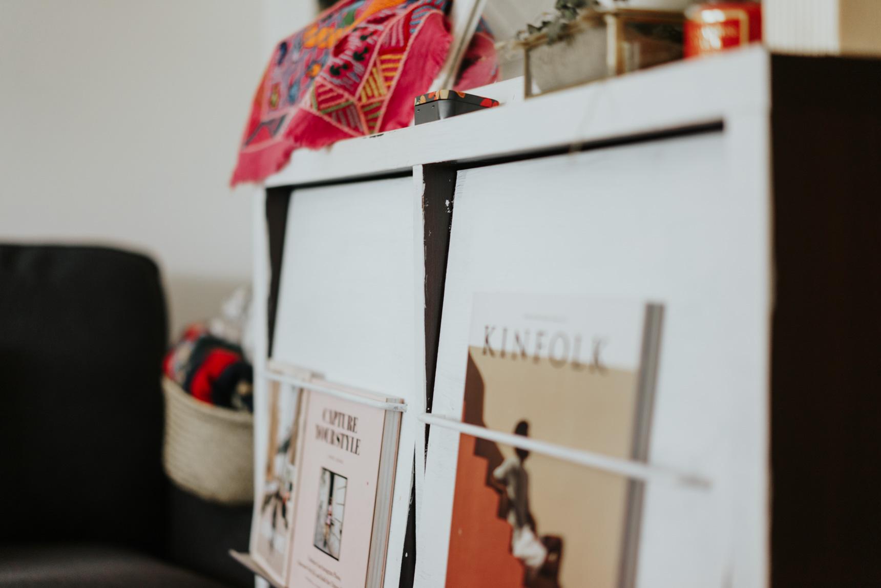 カバ―付きの棚は、それだけで目隠し効果があって便利。カバー部分に雑誌などを飾れるようになっているものは、表紙がお気に入りのものを置くのもいいですね(このお部屋はこちら)