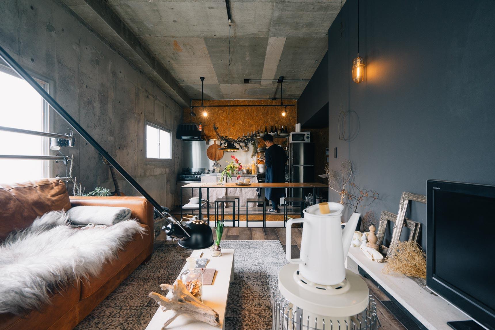 コンクリート打ちっ放しの壁がむき出しのお部屋には、あえてダークカラーの壁紙を。無彩色の空間に色味を少し持たせるだけで、温かみを感じる部屋に変わります(このお部屋はこちら)