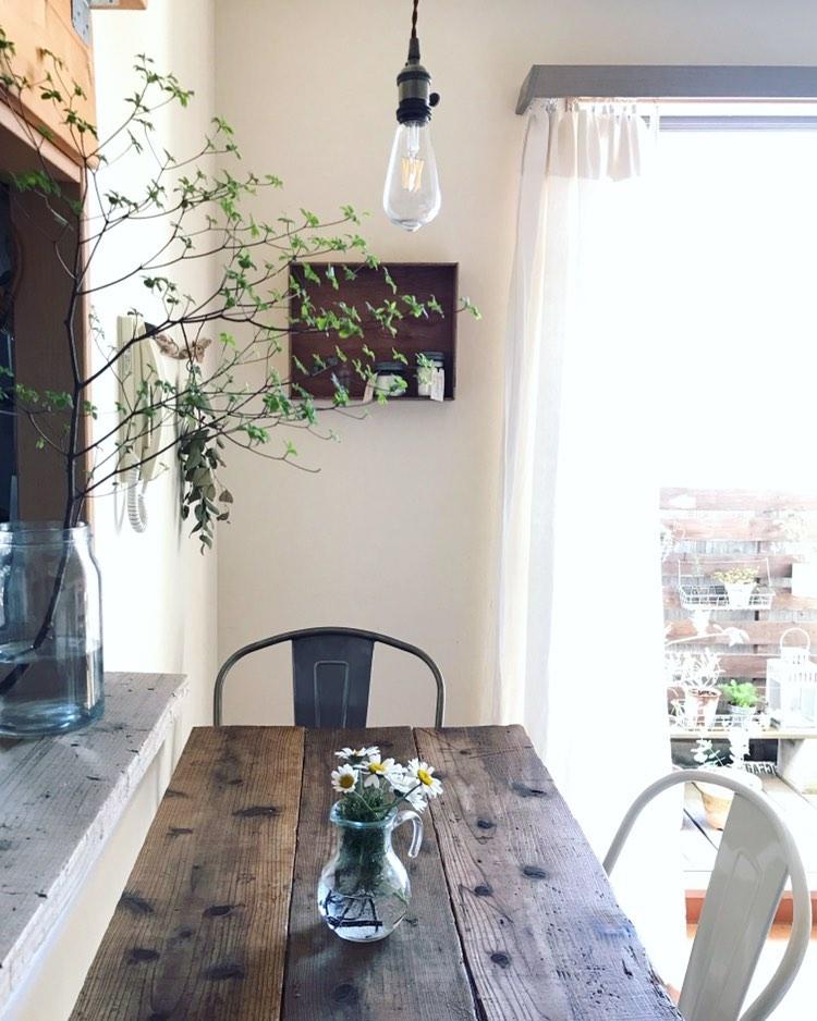 キッチンカウンターの上にも足場板を敷き、雰囲気を合わせていらっしゃいます。