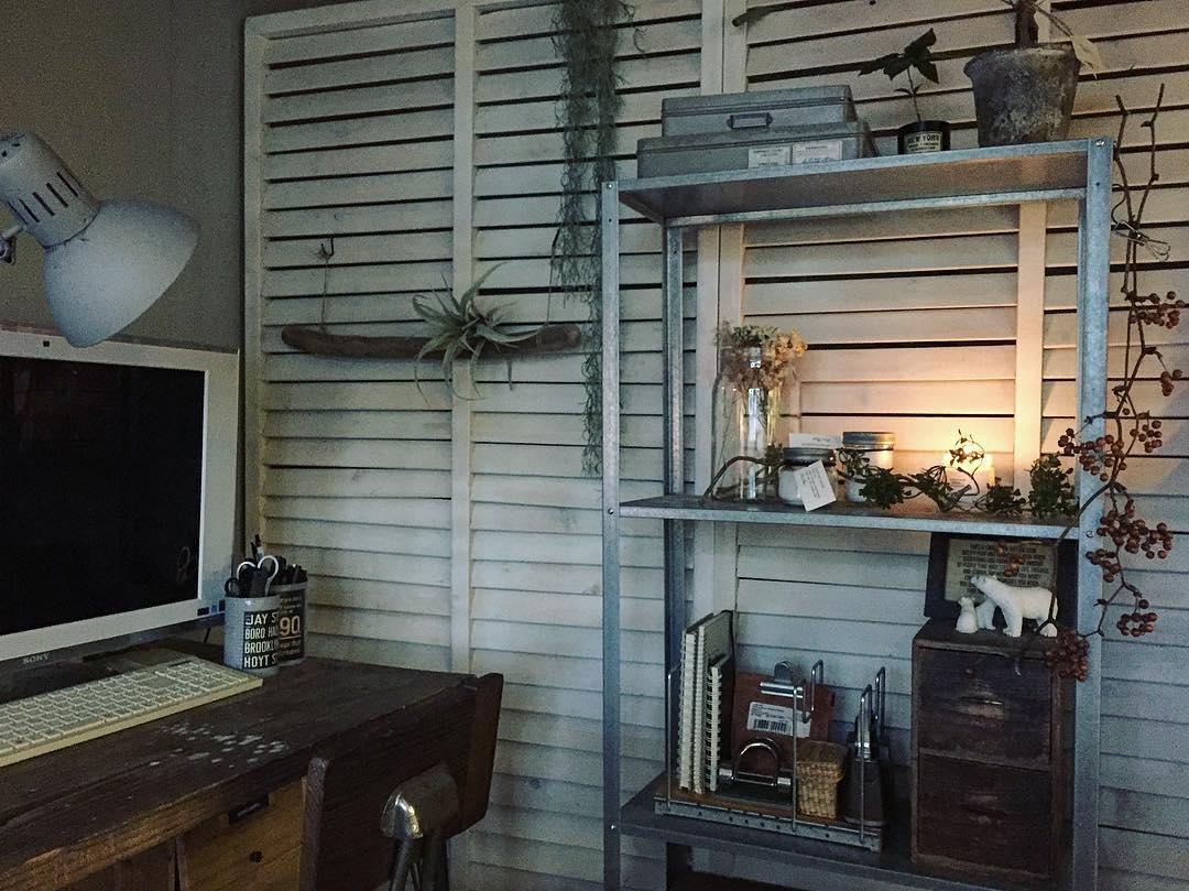 to_mo__sepさんが自室として使われているリビング隣の6畳の和室は、ラティスを使ったパーテーションを立てて仕切り直し、手前側の一部をリビングにつなげて使われています。パソコンを置いて、ちょっとした仕事のできるスペースに。