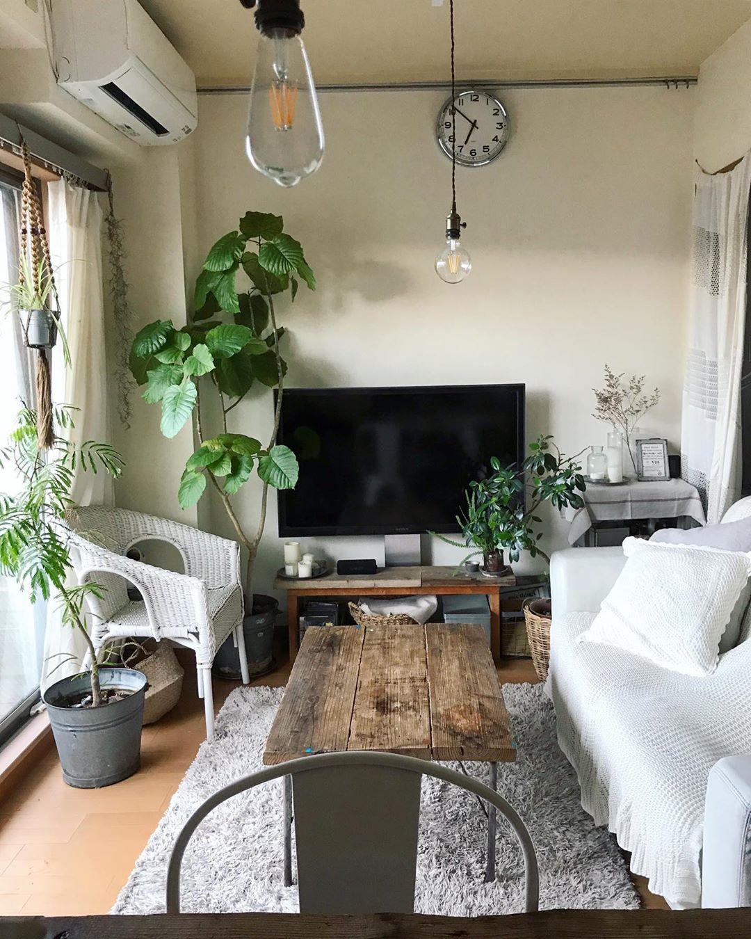 リビング・ダイニングは6.5畳。ローテーブルやテレビ台は、足場板を使ってDIYしたもの。圧迫感が出ないように家具は低めに。「ぴったりサイズ」で自作することで、空間を無駄なく利用していらっしゃいます。
