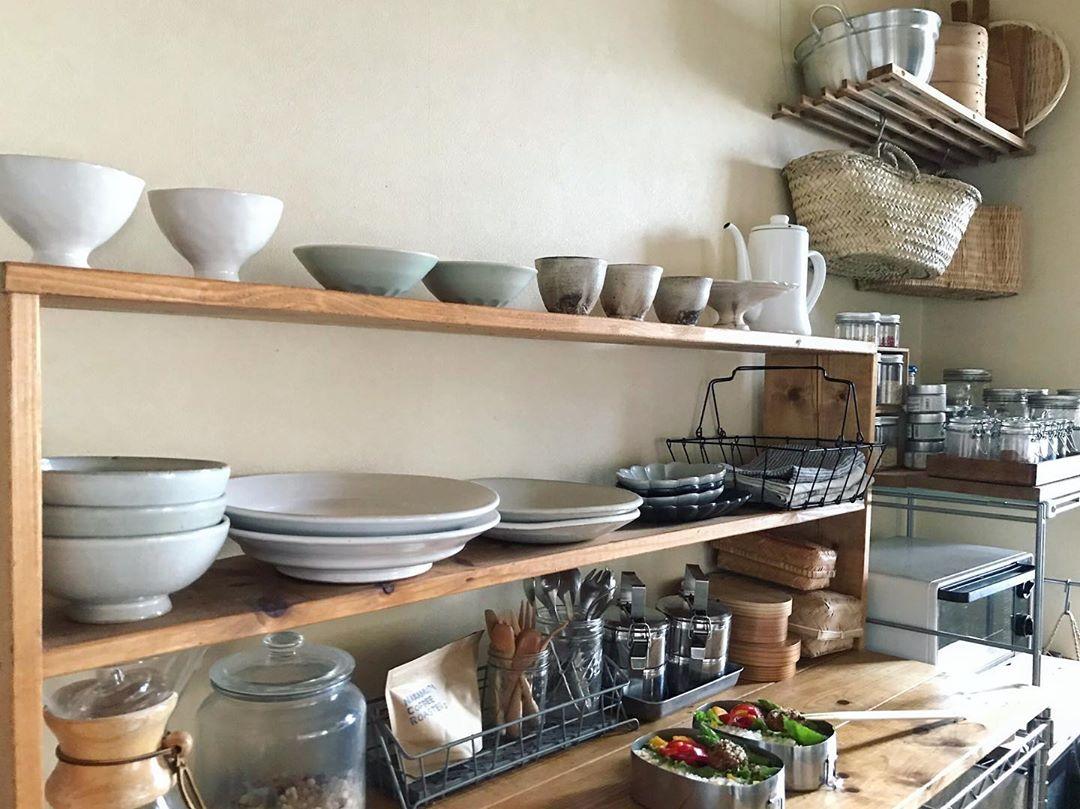 料理の道具や、好きな器を置けて、作業スペースにもなる収納棚をつくりました。下はニトリのスチールラックがベース。上は自分でサイズを決めてつくった棚。