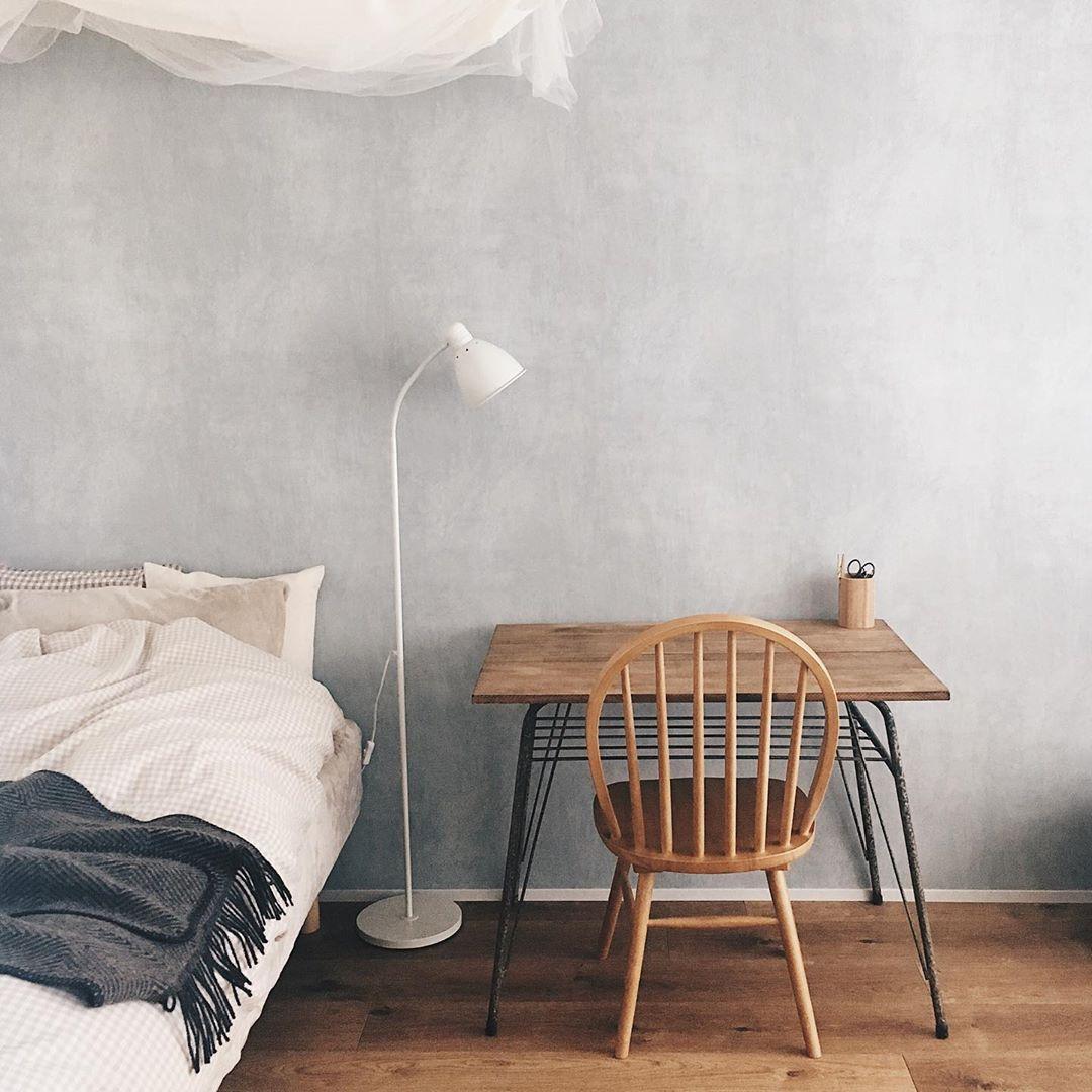 saki さんの部屋では、背の高い家具は「白い布」で目隠し。壁と同じ色だから、溶け込んで広く見えます。