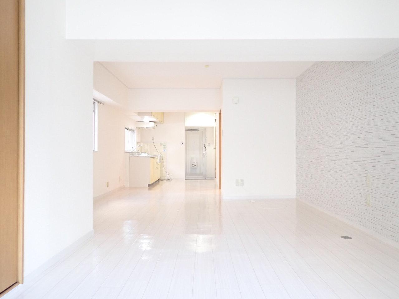 本町駅から徒歩12分。玄関が遠い!と感じるほど広い広いリビングは、なんと16畳もありますよ。広めのワンルーム暮らし、家具を気にせず置けていいですよね。