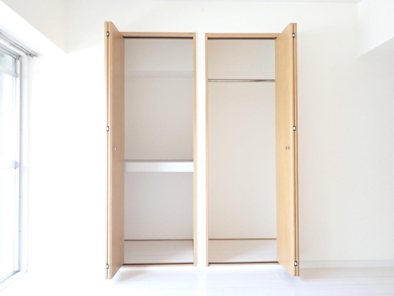 収納スペースは、上下2段に分かれているタイプと、コートなど長めの丈のものも収納できるタイプがあります。ここにはあまり見せたくないものを、それ以外はリビングに置きましょう。