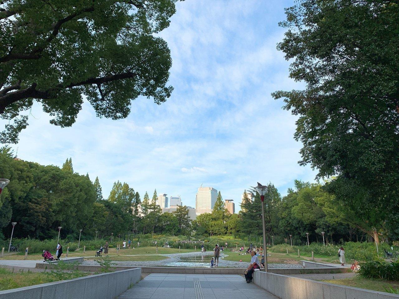 都会の雰囲気に疲れたら、すぐ近くにある靭公園へ。バラ園や園内にある川のせせらぎの音などに癒されましょう。