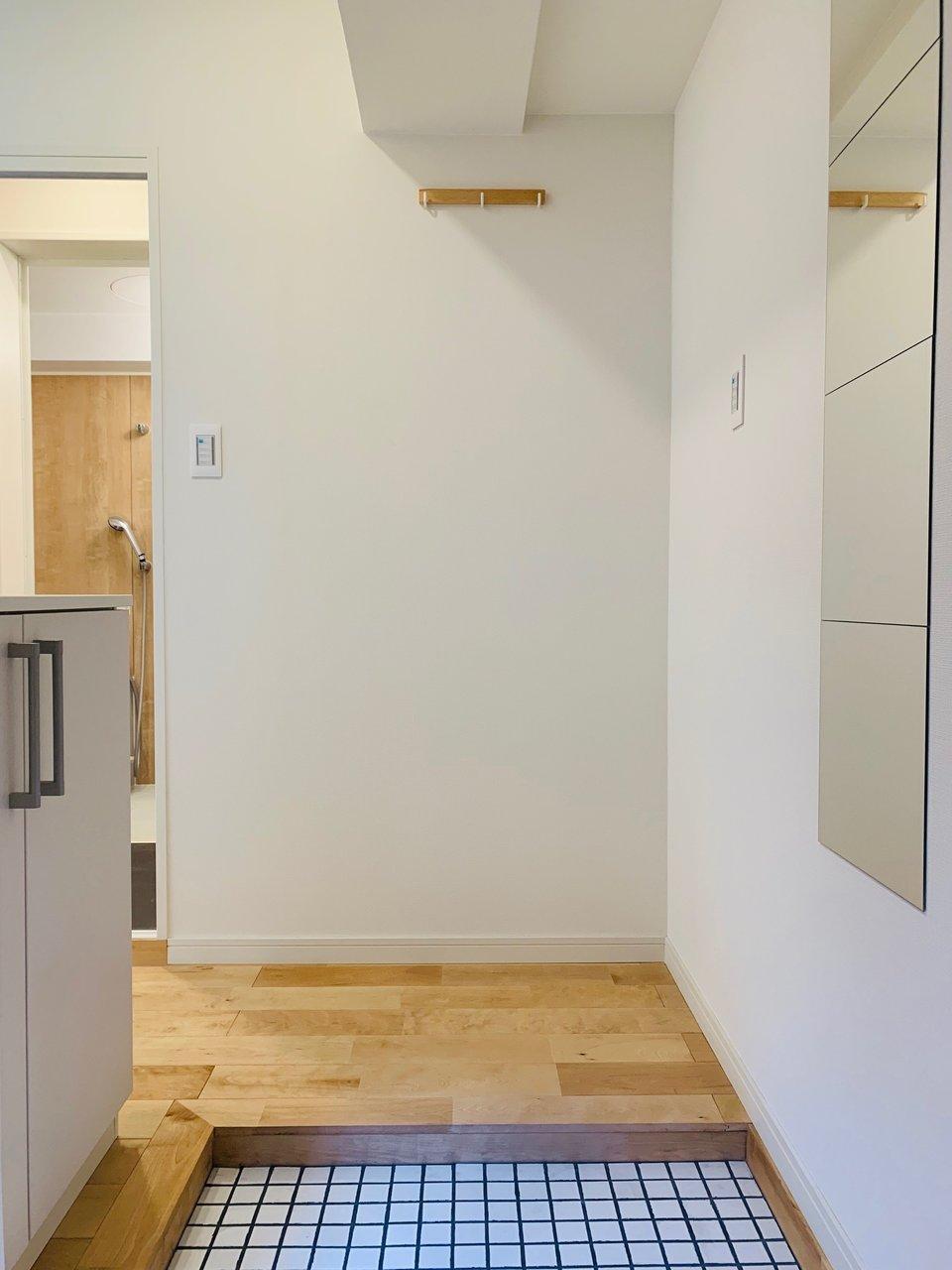 玄関は白い陶器のタイルで明るい印象に。自分でこういうの敷き詰めるのは大変だから、住み始めからこのようなデザインになっていると、ポイント高いですよね。
