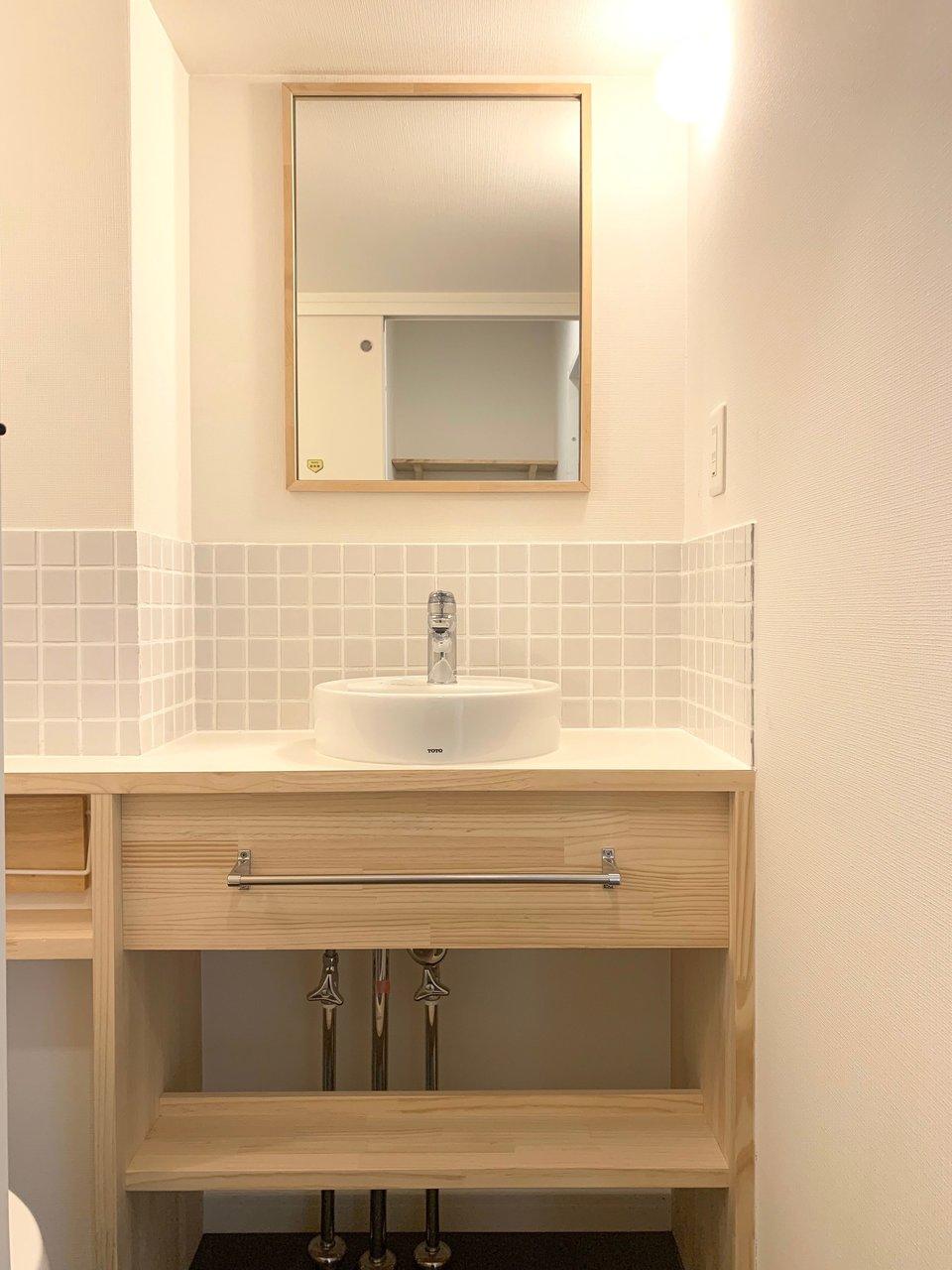 洗面台も淡い色のタイルがとってもキュートです。