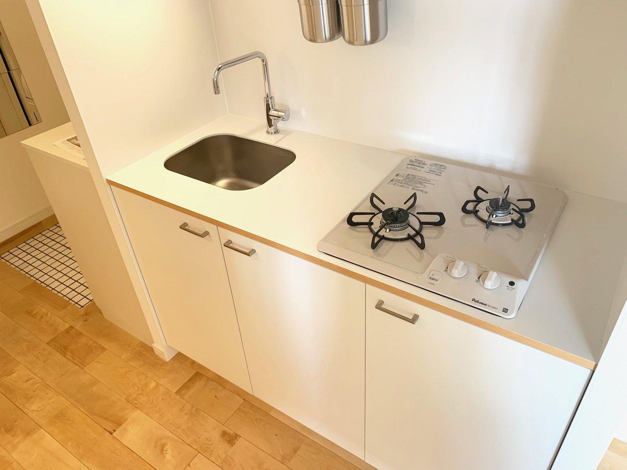 キッチンはコンパクトタイプですが、それでも2口ガスコンロ、作業スペース、収納スペースと十分な設備。