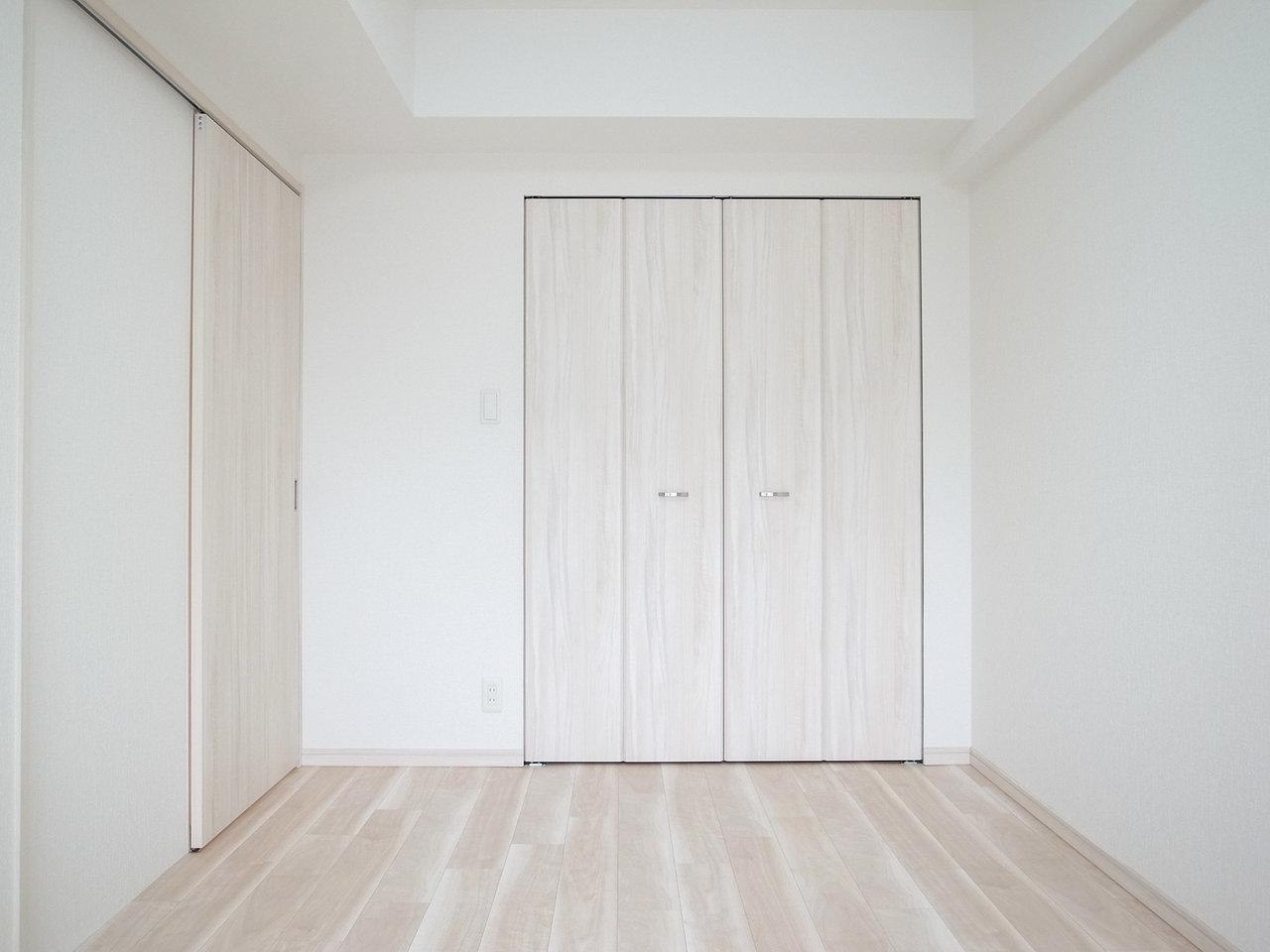 寝室も6.1畳あるので、ダブルベッドもゆうに置けそうです。クローゼットの扉と床面、壁面の色合いがぴったり合っていますね。落ち着きそう。