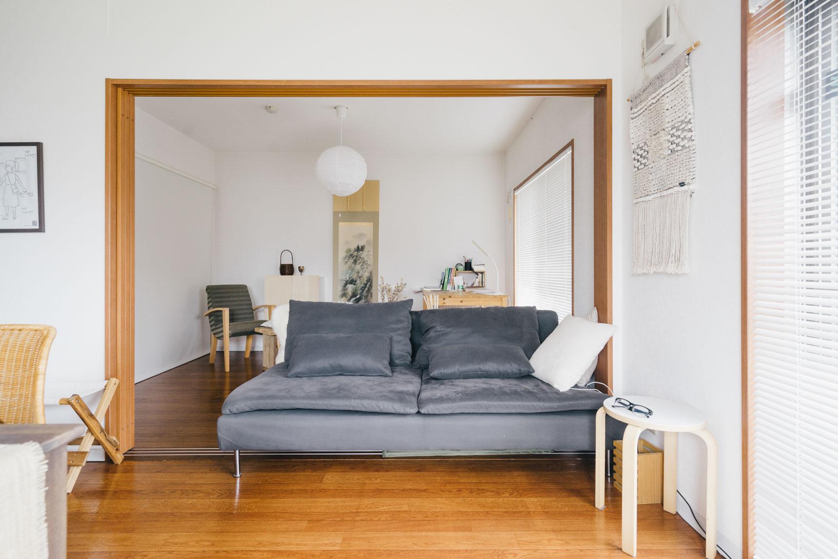 ソファの隣において、本やコーヒー、メガネなどを置くスペースに。
