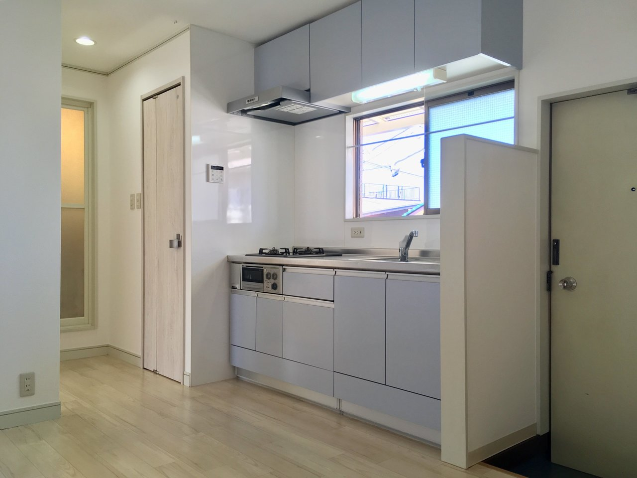 リビングだけでなく、キッチンもほんのりブルーの色合いのシステムキッチンを採用しています。窓があるので換気も問題なさそうです。