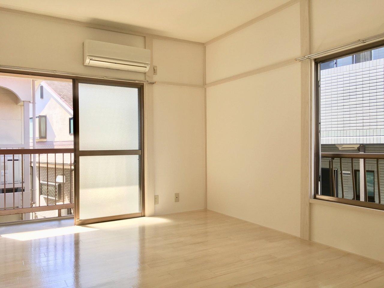 6畳の寝室とリビングの境はクローゼットがあるため、扉を開け放しておくことができません。そのためエアコンもこちらにばっちり完備。このお部屋も大きな窓が2つあるので、窓を開け放していたらきっと気持ち良い風が吹いてきそう。