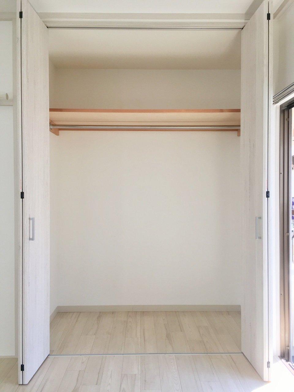 寝室についている収納スペースも、横幅と奥行きがしっかりあるタイプでした!