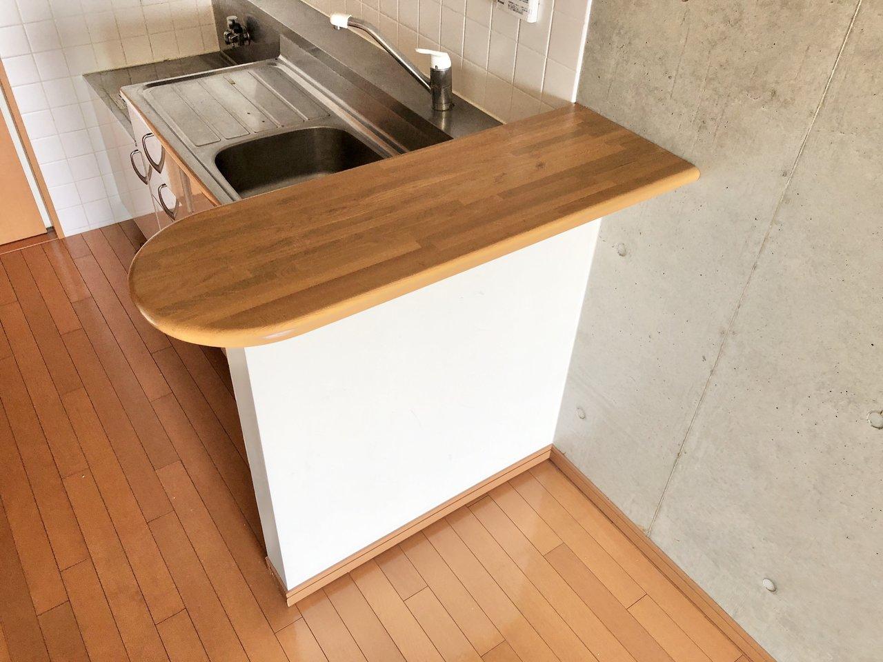 階下にあるキッチンも、丸みのあるかわいらしいカウンターテーブルがついていました。ここに料理本を置いてじっくり料理しても面白いかも!