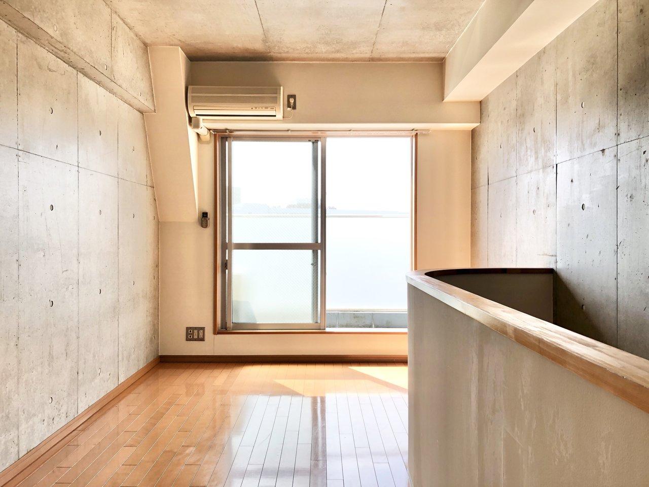 水回りと寝室は2階にありました。7.9畳あるので、かなり広々。南向きの窓なので明るい陽射しが降り注ぎます。