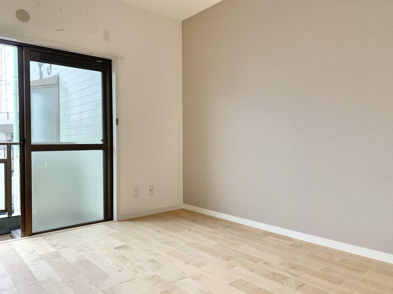 寝室ももちろん、無垢材を使用しています。壁は淡い色合いのクロスを。ベッドはこちら側に寄せて配置するとちょうど良さそう。