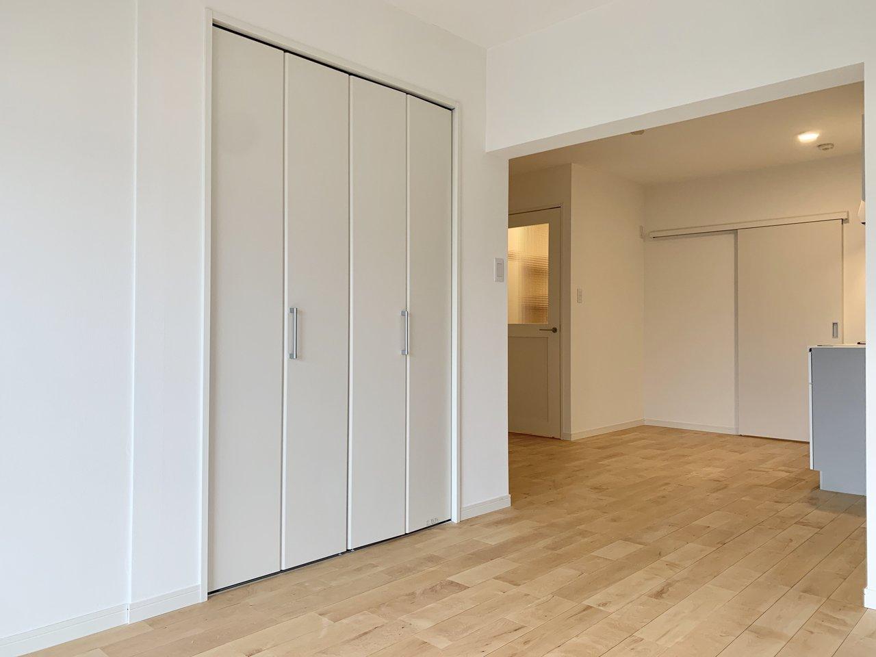 収納スペースは寝室とリビングにそれぞれあるのもうれしいポイント。それぞれの用途に合わせて使い分けましょう。