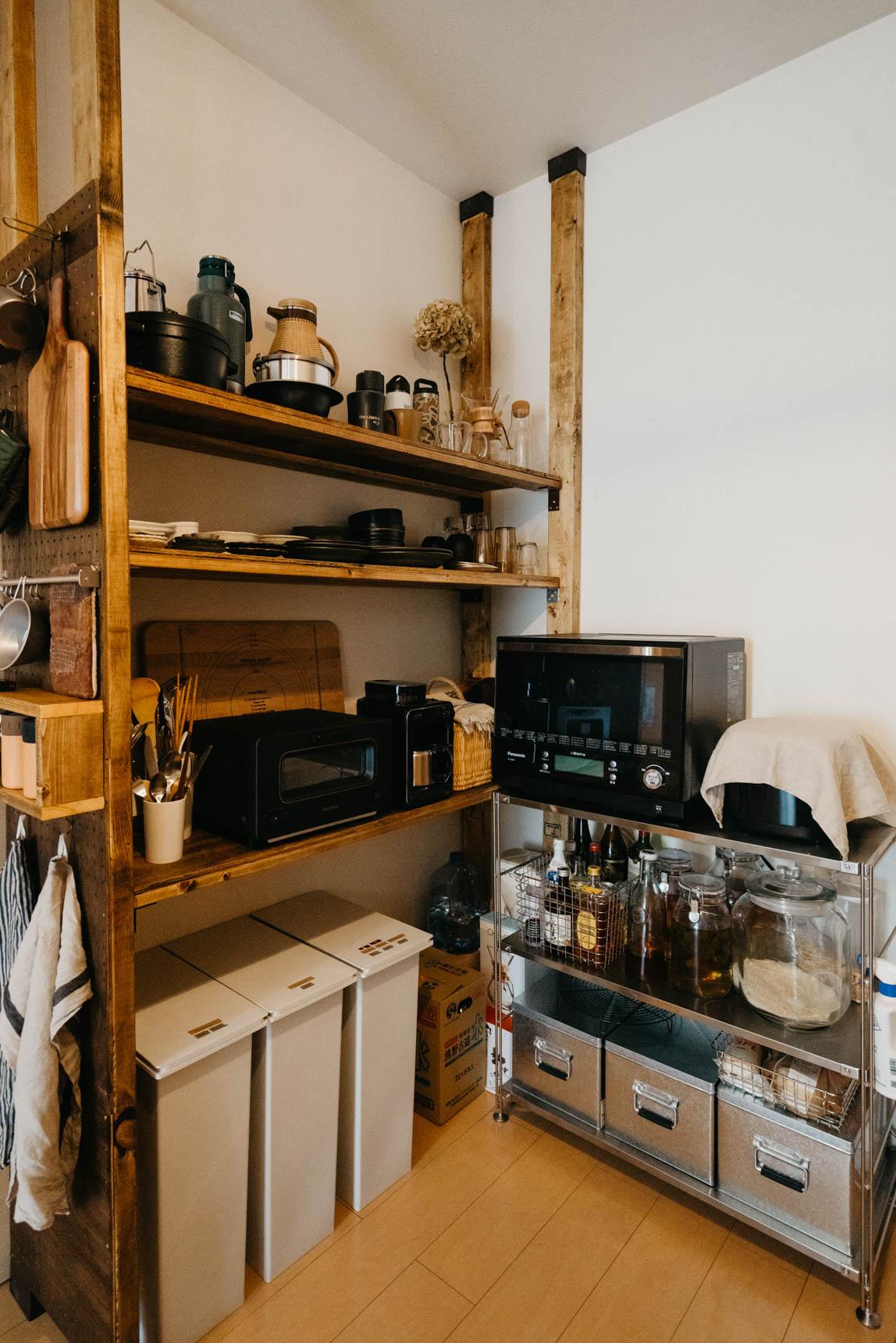 小さなキッチンで、奥行き、横幅など既製品ではぴったり設置できるものがない場合にも。自分の好きなサイズで作れるので、スペースを有効活用できます。