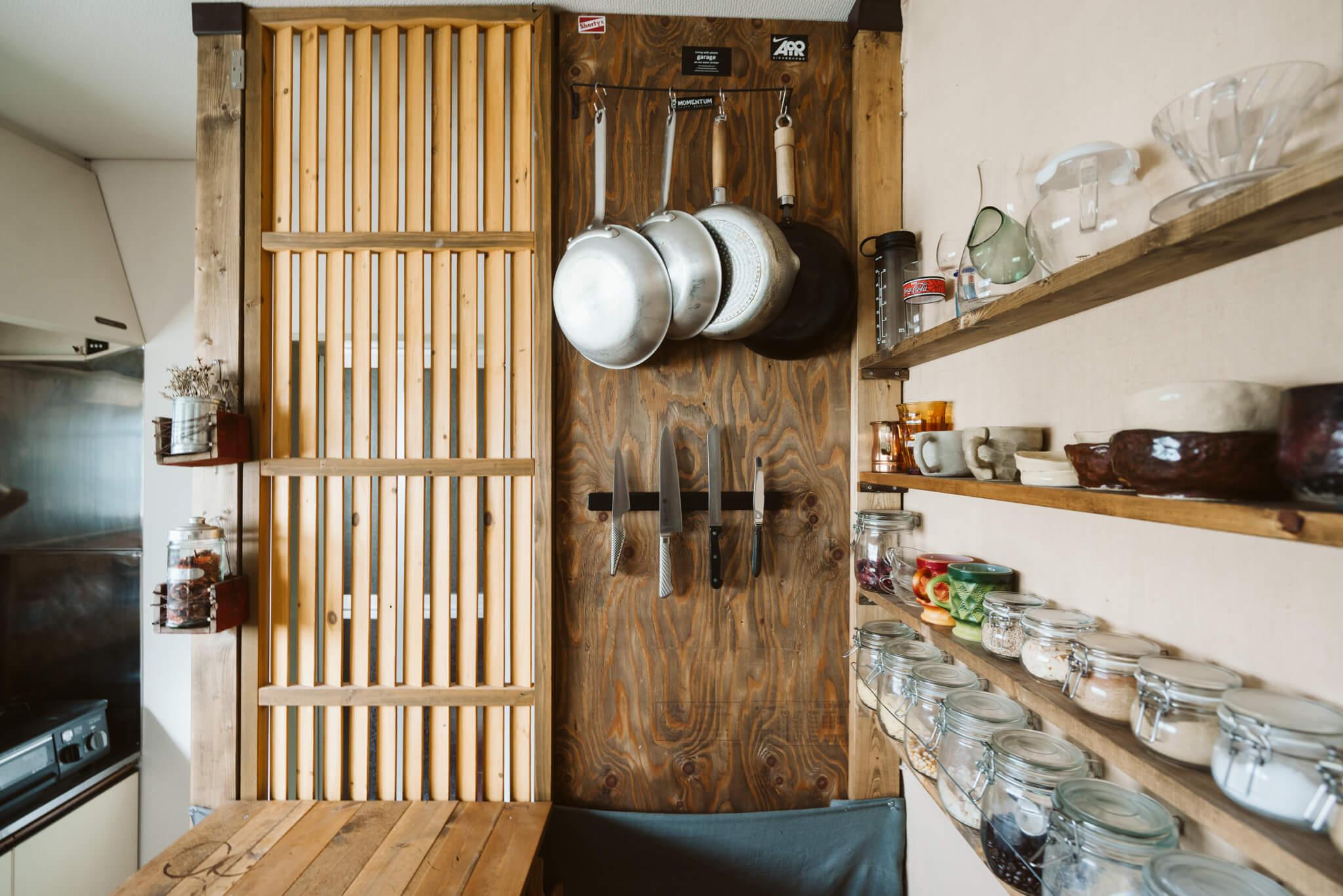 間仕切りの裏側はもちろんキッチンアイテムの収納スペースとして活用。