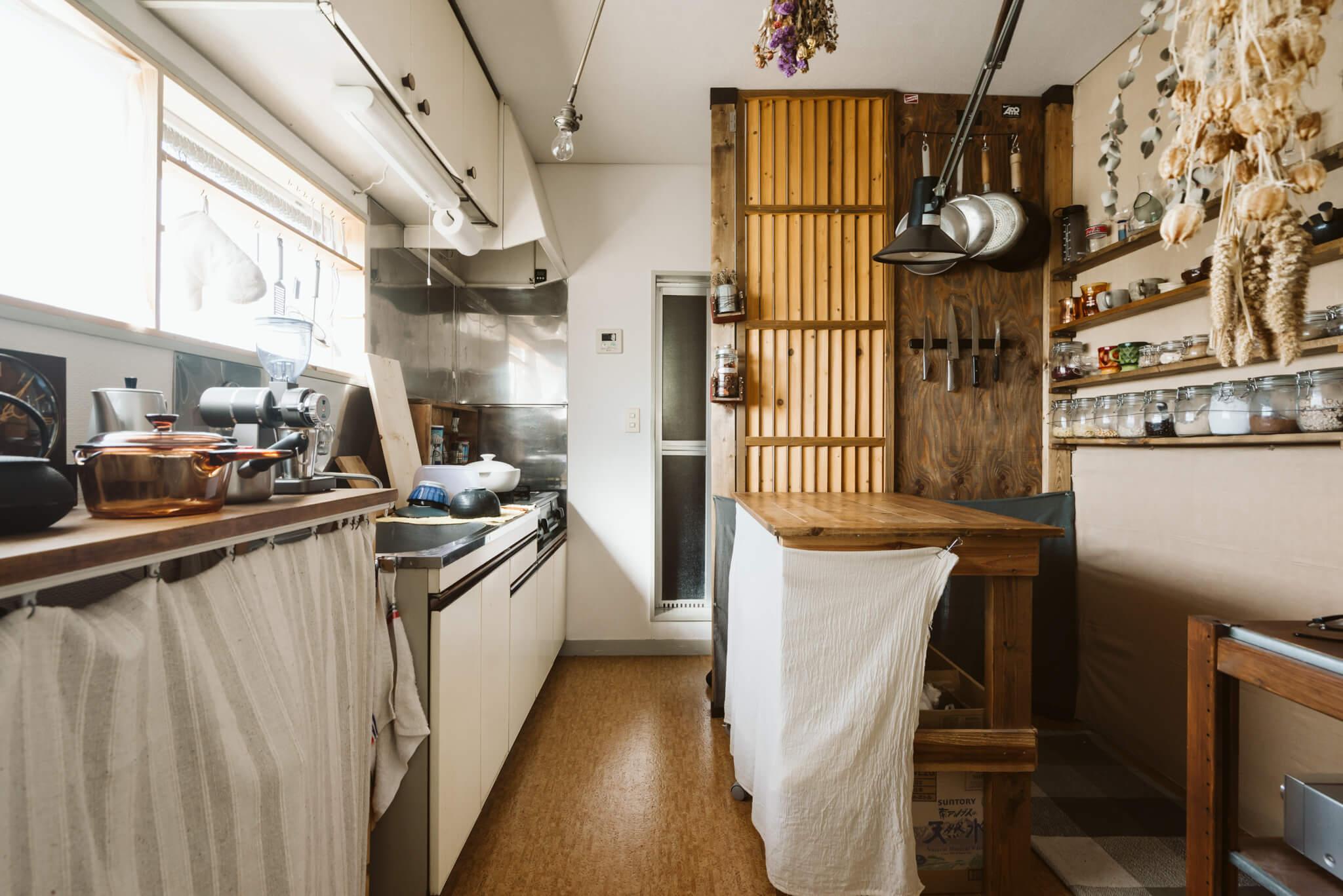 玄関からキッチンが丸見えになってしまう間取りでも活躍。間仕切りがあることで空間にメリハリが出ます。
