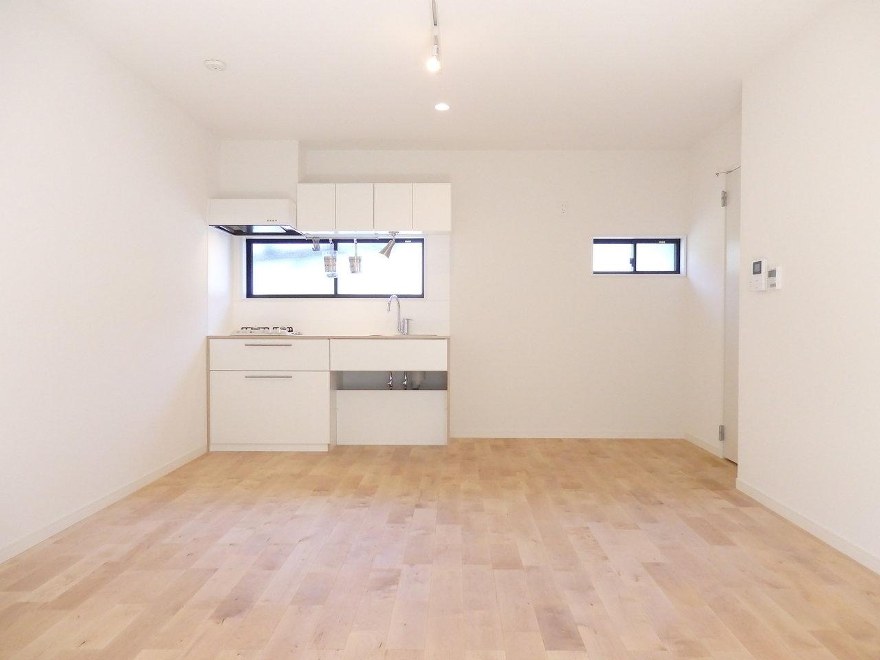 やわらかな風合いの無垢フローリングに白いキッチンがとても似合う、リノベーションのお部屋です。