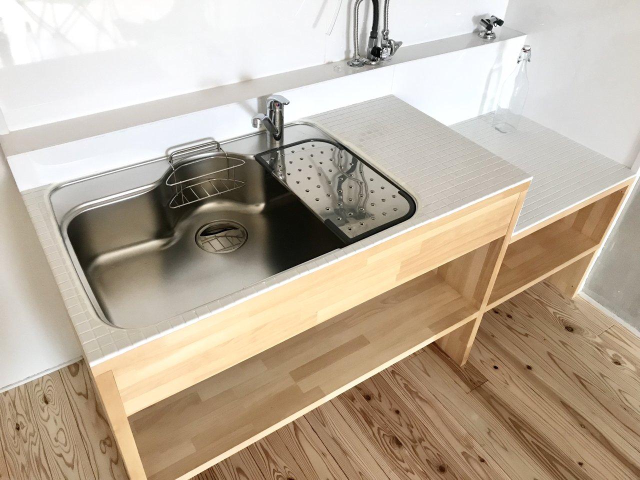 キッチンは白タイルでした。ざっくりとした雰囲気ですが、良い素材が惜しみ無く使われています。