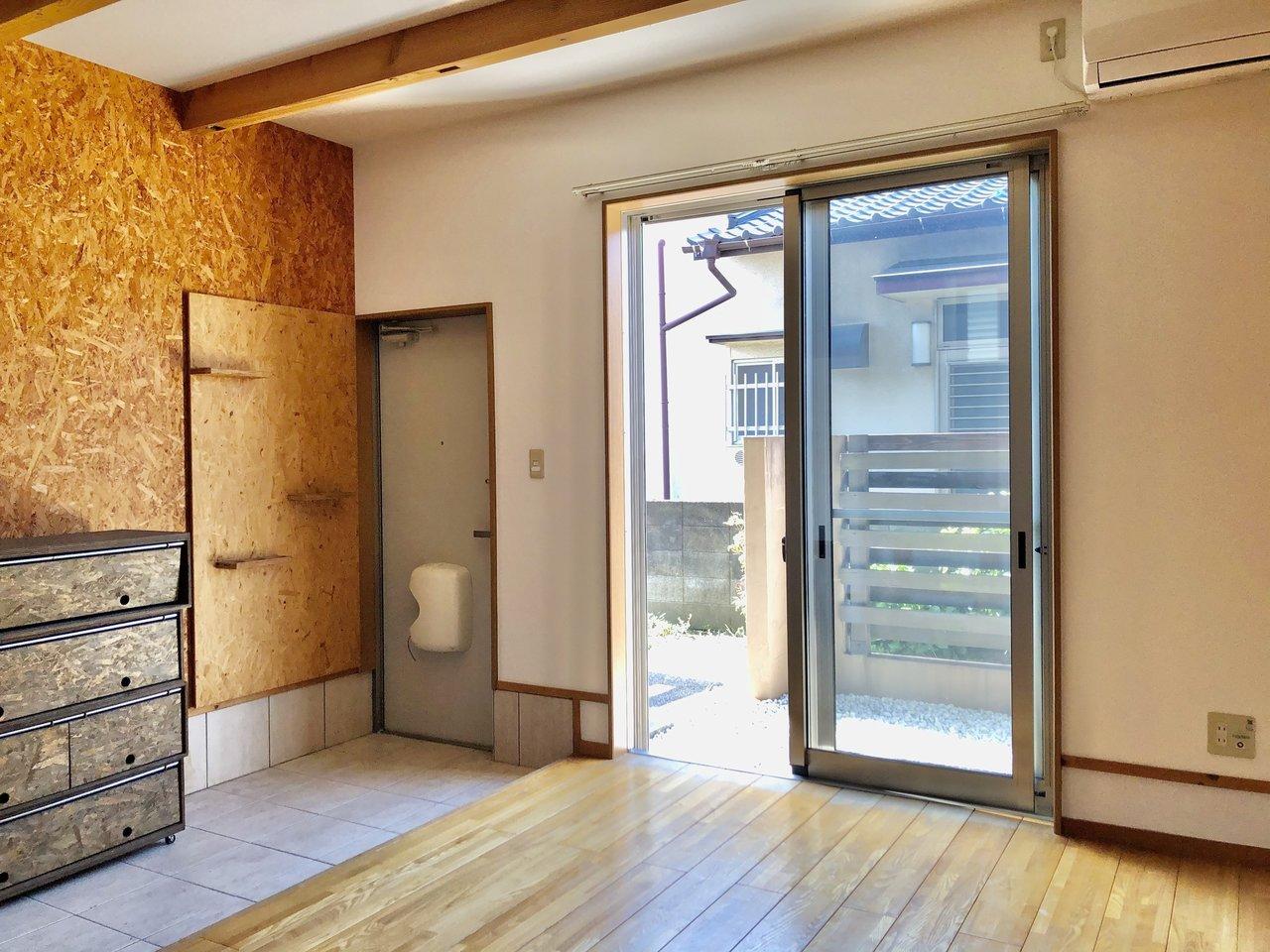 広めの玄関はベビーカーを置くのにも良さそう!専用の小さなお庭もついてます。