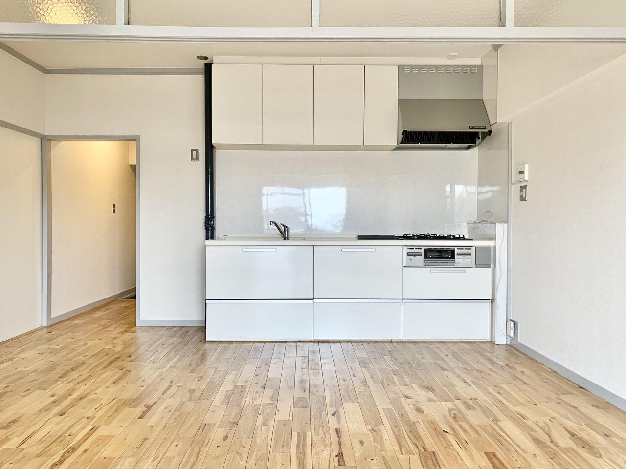 50㎡超えでこの家賃!大人っぽい無垢のフローリングに大きなキッチンが映えるお部屋です。
