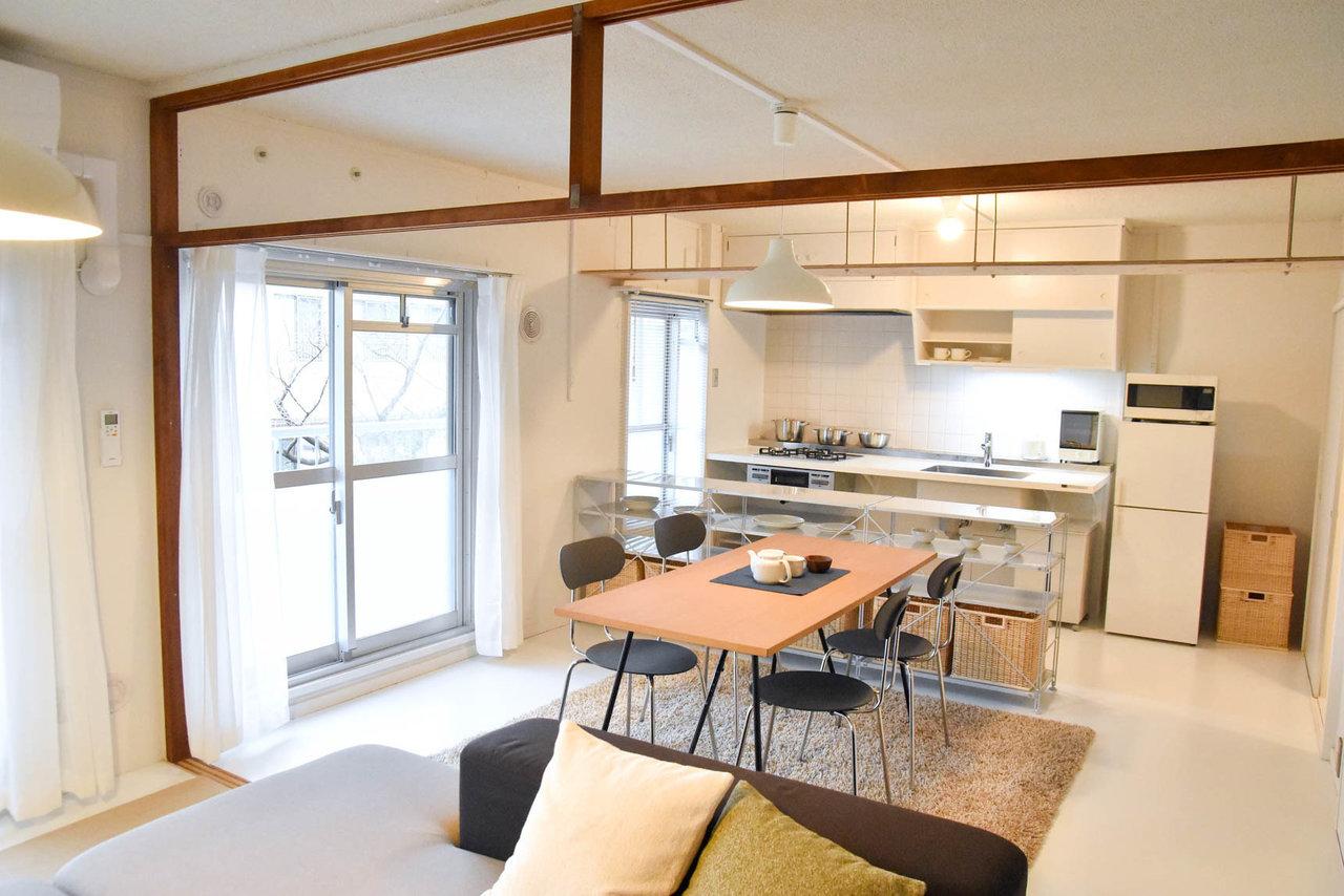 人気のMUJI×UR 団地リノベーションプロジェクトのお部屋。小天井の下にシェルフを組み合わせたり、キッチンの下に好きな収納やボックスを置いたり、自分らしく暮らしを楽しむ余地がたくさん残されています。
