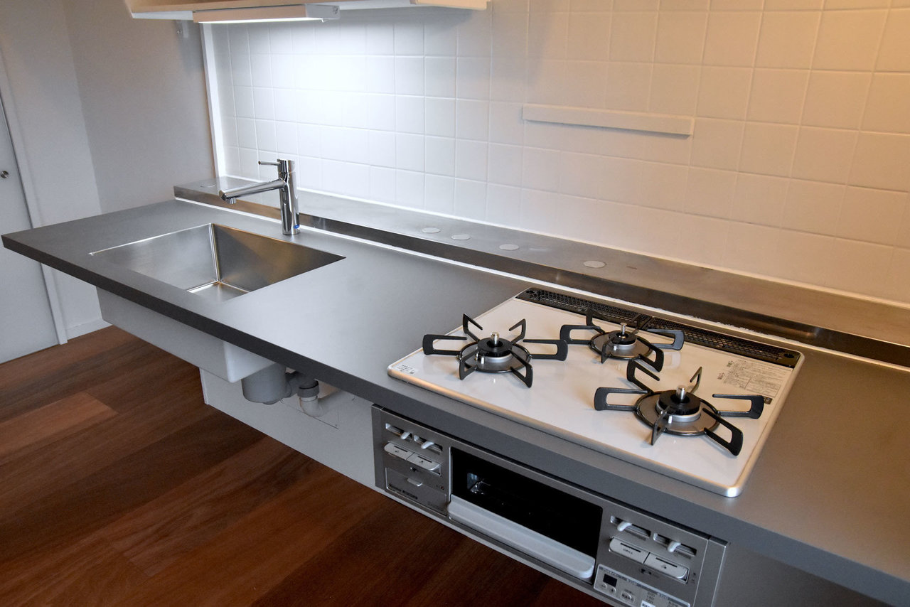この、宙に浮くシンプルなキッチンがとてもいい!好きな収納家具を組み合わせて自分だけのキッチンに仕上げましょう。