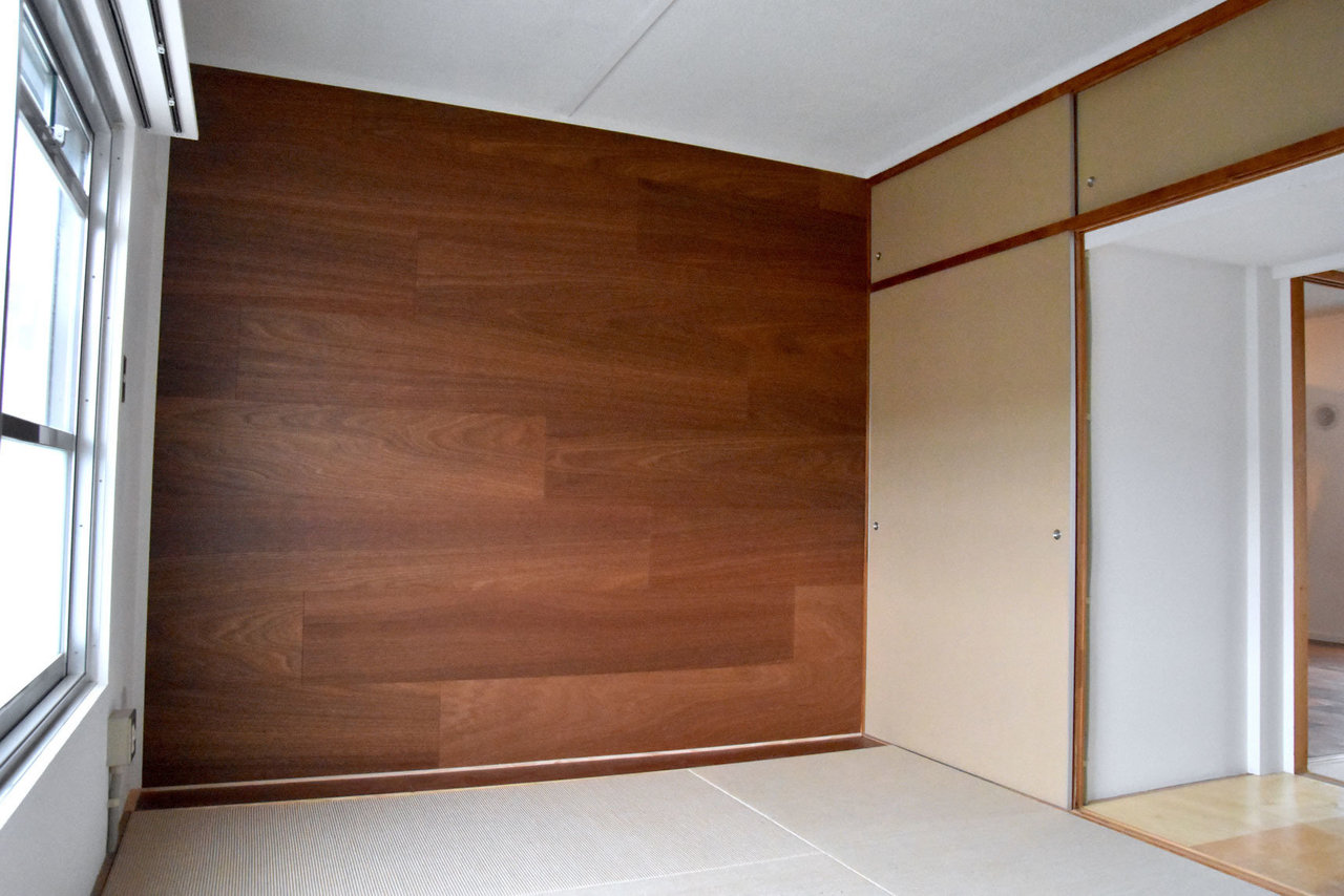 麻畳×ラワン合板のシンプルな寝室もかっこいいです。