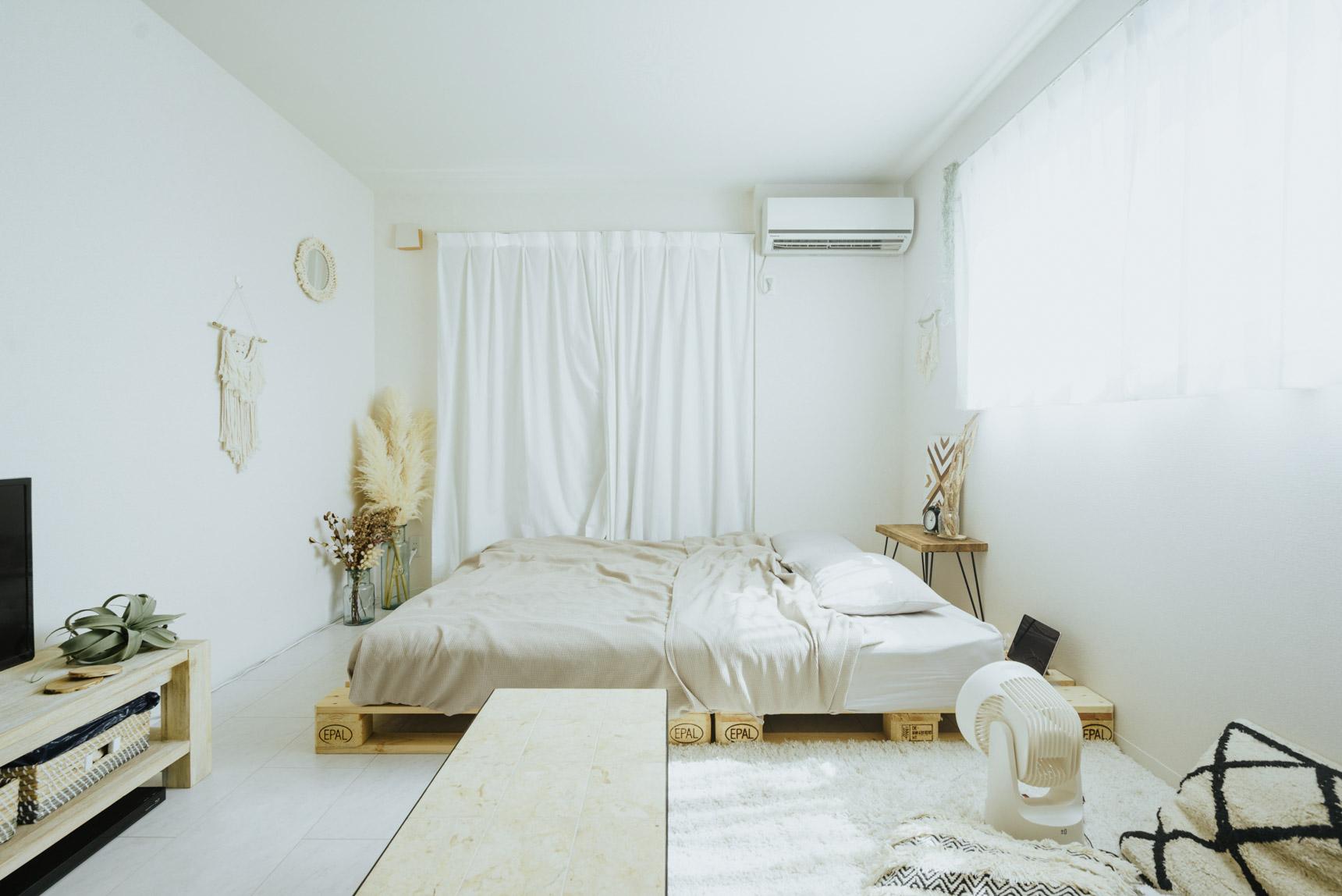 白いテイストで整えられた1Kタイプのお部屋。ラグももちろん白のもので統一。