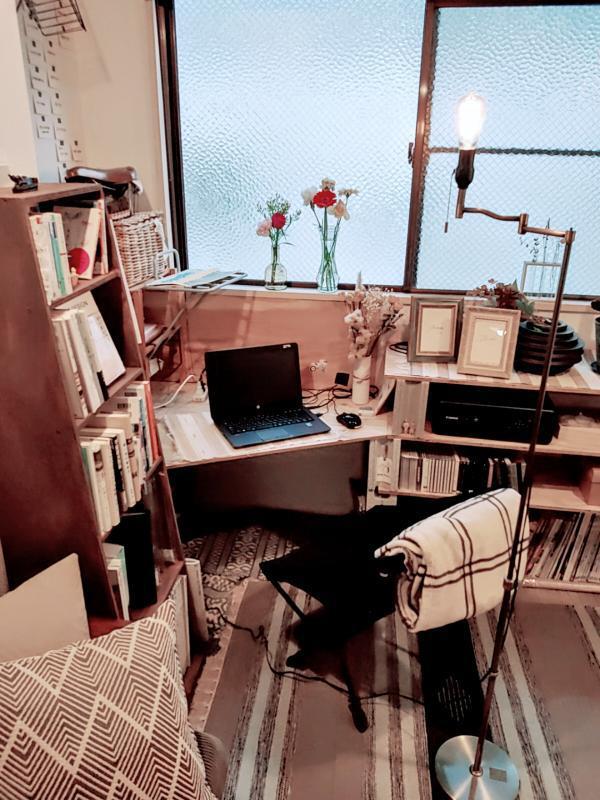 窓際には、ブロックと板を使って、本棚とパソコン作業ができるスペースを用意。