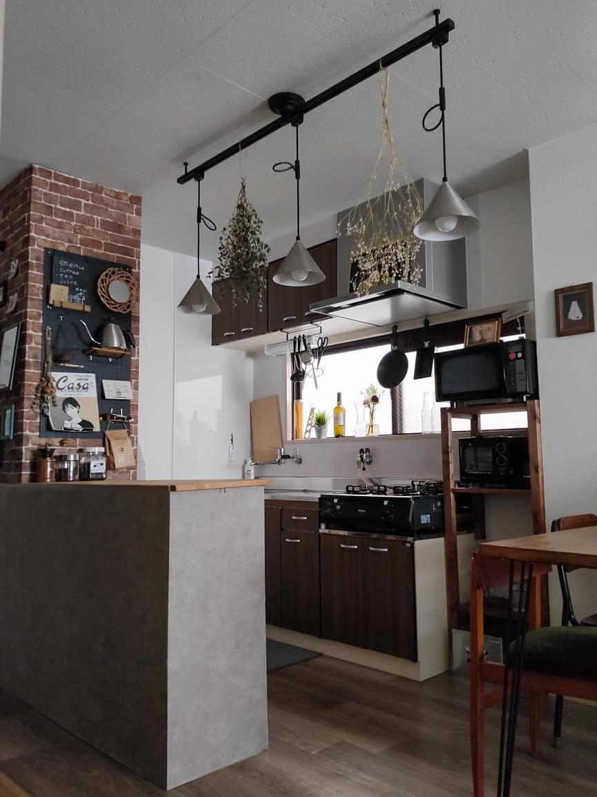 DIYを始めるきっかけとなったのは、こちらのキッチン前のカウンターをつくったこと。3段のカラーボックスを土台に壁をたて、奥には冷蔵庫&パントリーのスペースも作りました。作業台や収納スペースが増え、とても便利になったそう。
