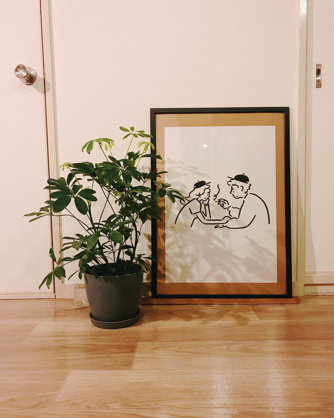 廊下には、お二人の雰囲気によくマッチするアートと、グリーン。