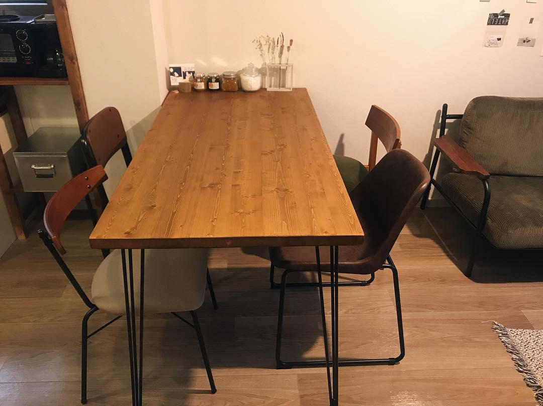 縦長12畳のLDKに合わせた家具は、きっちり採寸してベストなサイズのものをチョイス。ダイニングの椅子は、それぞれ別々のお部屋で吟味して選んだもの。京都の70B、ANTRY、CRASH GATE、niko andなど、様々なお店に足を運んだそう。