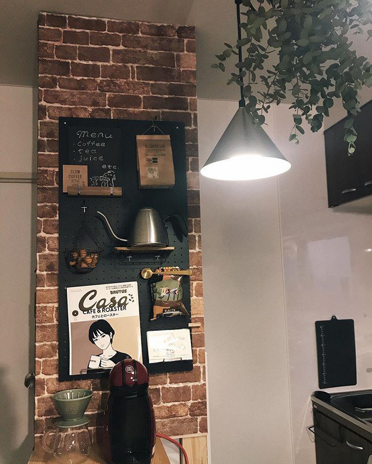 レンガ風壁紙に、有孔ボードを使ったディスプレイウォール。カフェみたいな素敵な雰囲気になってますよね。