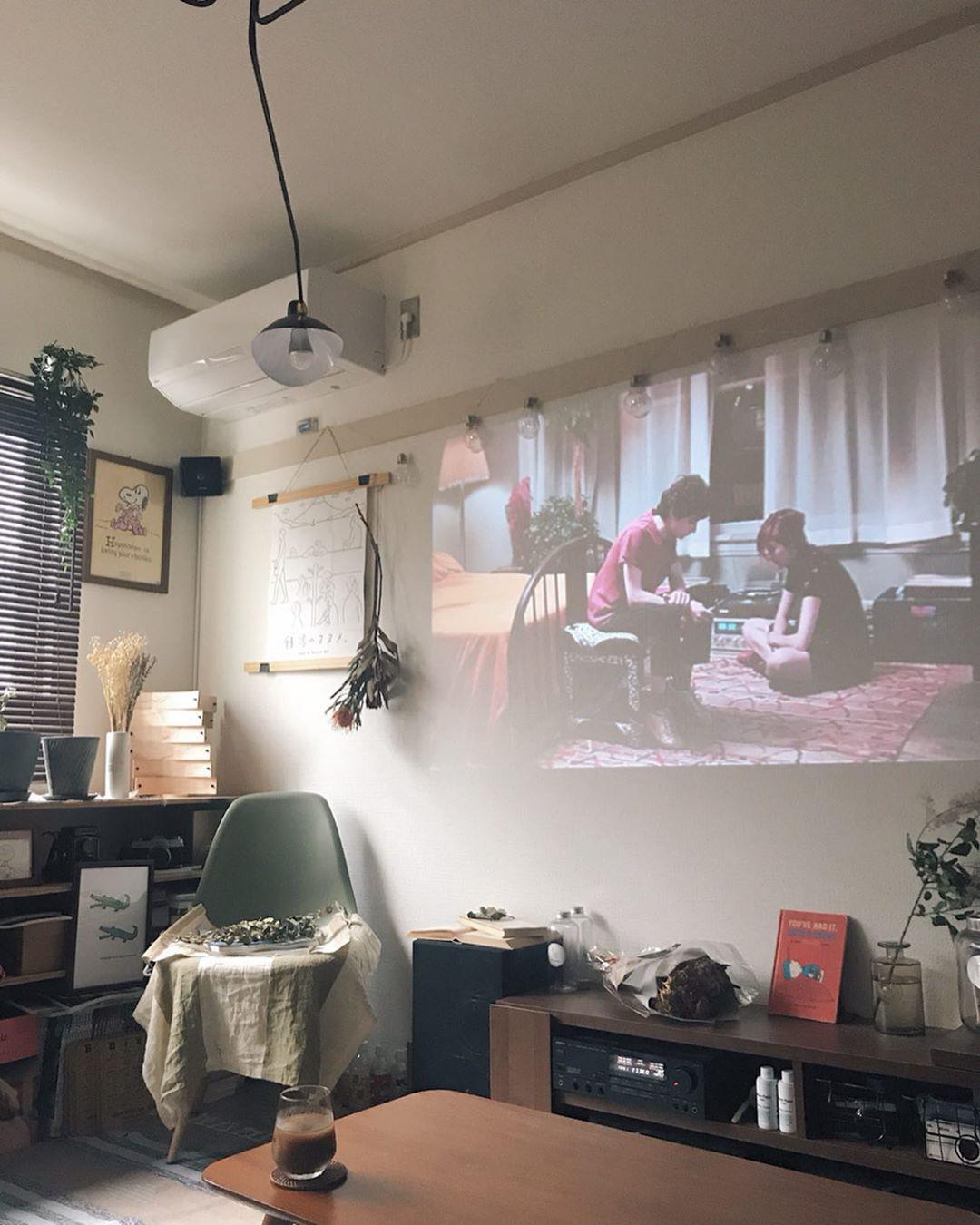 ソファの後ろにはプロジェクタが置ける棚をDIYで設置。大画面で映画などを楽しみます。
