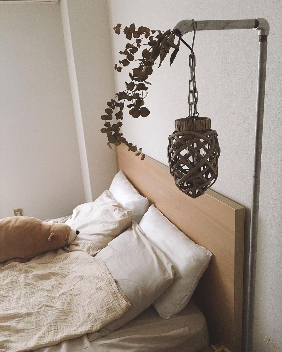ベッドルームにあるおしゃれなスタンディングライトも、なんと手作り!単管パイプの中に電源コードが隠されています。