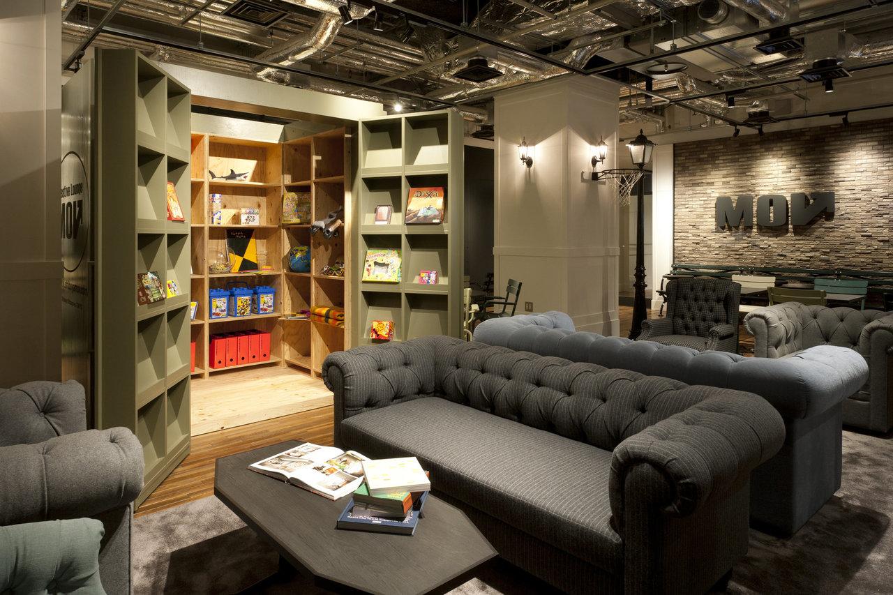 大きなソファでコーヒーを飲みながら本を読んで、事業のヒントを探してみる。顔なじみの人がいたら、声をかけてみてもいい。コワーキングスペースは、他の会社の人にも出会えるのが大きな魅力だろうと思います。