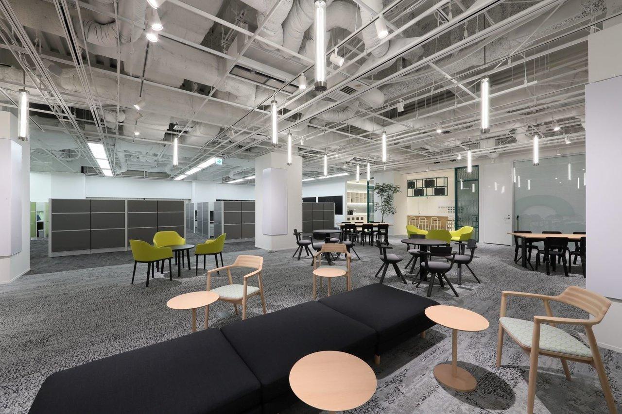 1F、2Fの2フロアに分かれ、様々なこだわりがつまっているオフィス。1Fは、ブースオフィスや広々シェアワークプレイス、キッチンスペース、会議室と、盛んな交流が期待できるエリアになっています。