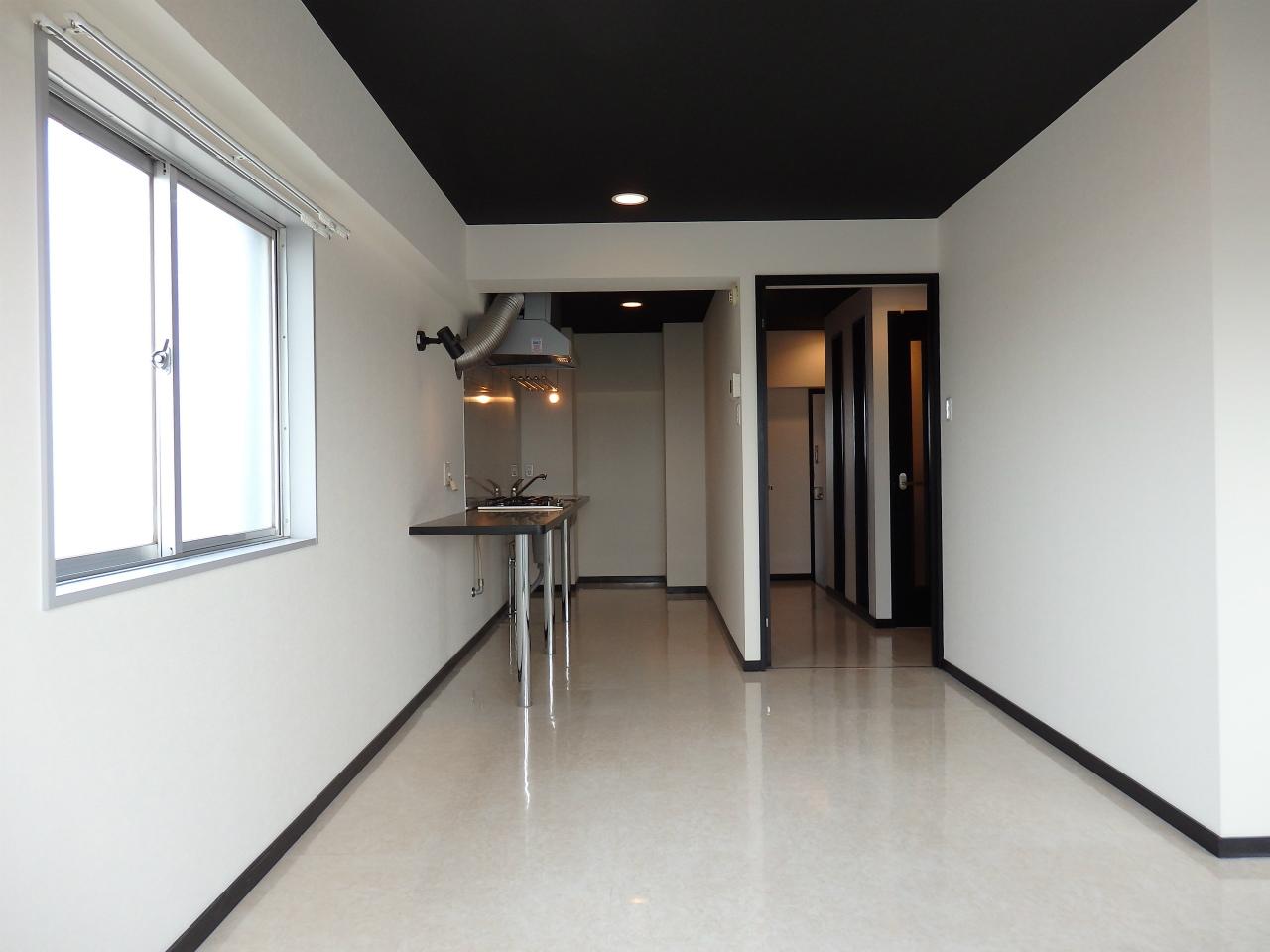 先ほどのお部屋とは打って変わって、白黒を基調としたシンプルな色合いのお部屋。2面採光になっていて、昼間は明るいお部屋なんですよ。