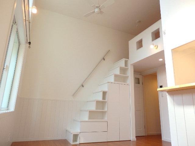 こちらのお部屋は階段を上がると6畳のロフトもついています。吹き抜けになっているのでリビングの天井が高くて気持ちがいいですね。シーリングファンもついていますよ。