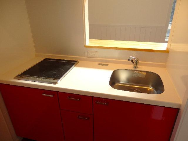 そう、赤いキッチンがありました。IHの2口コンロで、もちろん対面式。リビングを覗けるので、ホームパーティーのときなどもいいですね。