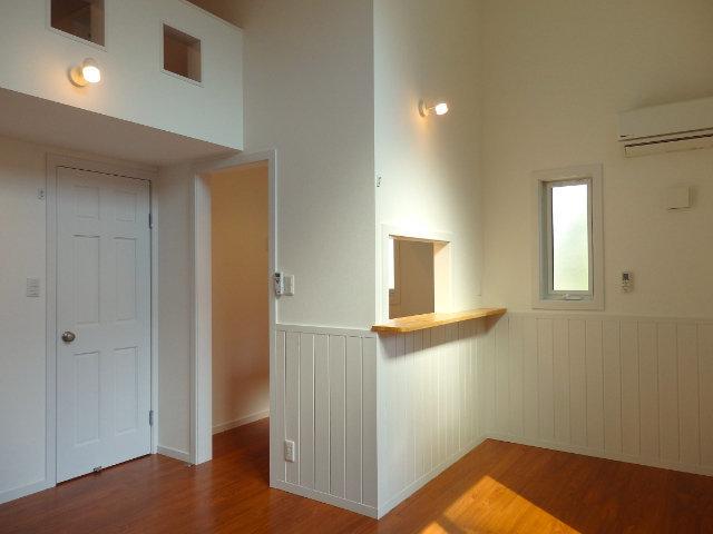 まるでどこか外国に迷い込んだかのような素敵な外観のお部屋。女性限定・ワンルームのお部屋です。リビングは8.6畳あります。真ん中に見える小さな小窓の中は……。